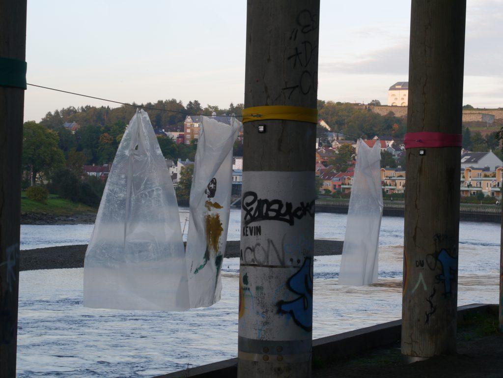 Chris Rosendahl sin installasjon, plasttrykk mellom søylene til Elgeseter Bru