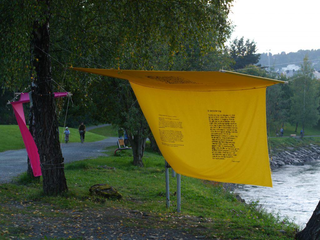 Litteraturhusbenkinstallasjon, tekstil i trær