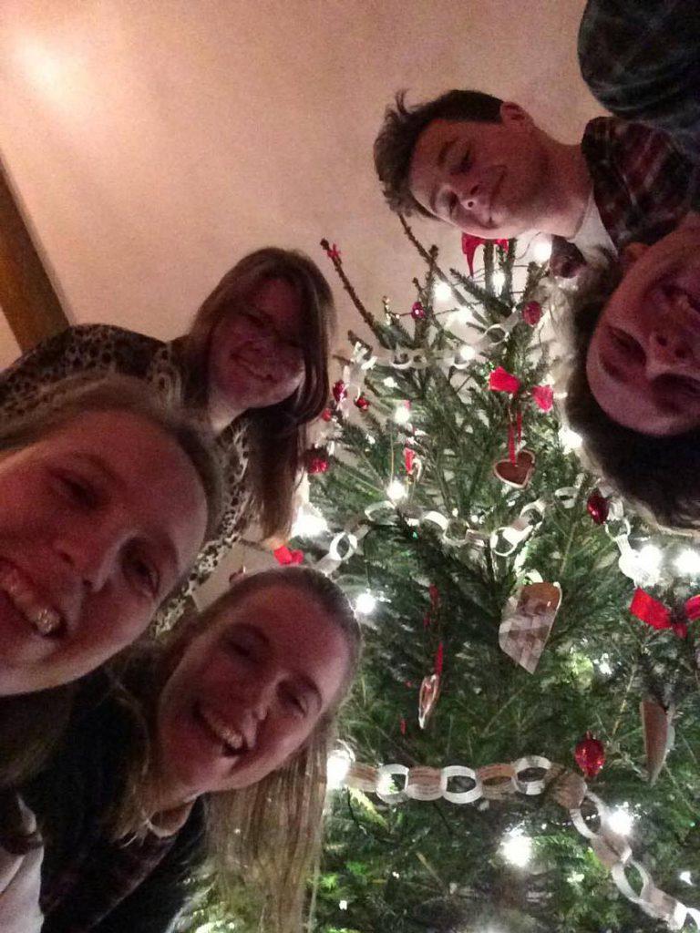 Kollektivet foran et juletre