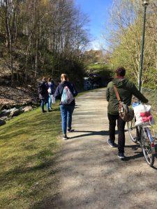 Fornøyde kollektivister på tur ut i naturen for å spre poesien